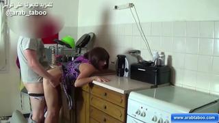 محارم في المطبخ و ابن يشتهي النيك مع امه الحسناء xxx فيديو عربي